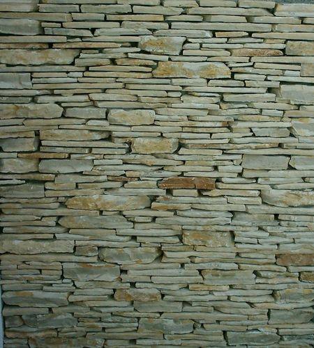 Kültéri falburkoló kő felrakása